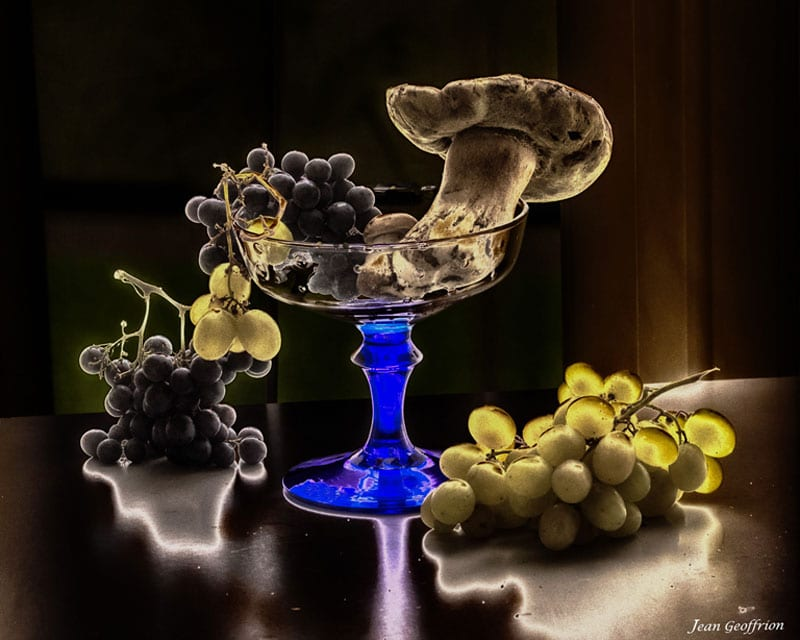 Photo de Nature morte. Coupe de raisins et de cèpes